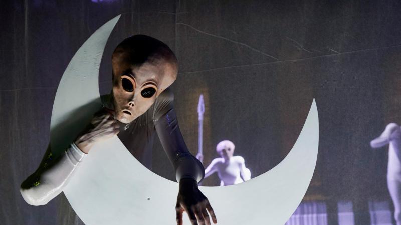 "Szene aus dem Stück ""Final Fantasy"" nach Oscar Wildes ""Salome"" an der Volksbühne Berlin. Foto: Katrin Ribbe/Volksbühne/dpa"
