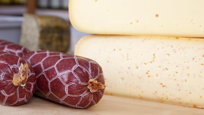 Listerien lauern vor allem in rohen tierischen Lebensmitteln wie Käse, Wurst oder Fisch.