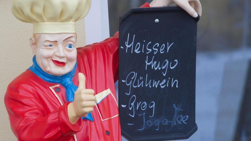 Heißer Hugo, Glühwein oder Grog? Auf vielen Weihnachtsmärkten haben die Besucher die Qual der Wahl. Foto: Stefan Sauer/dpa-Zentralbild/dpa