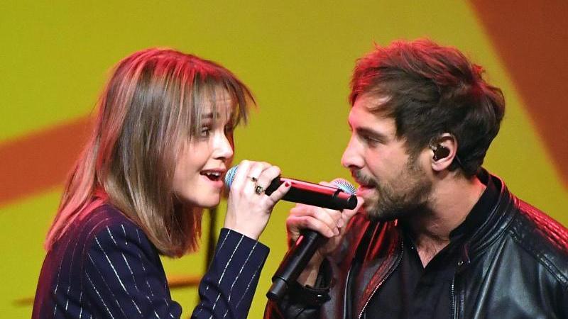 Der Singer-Songwriter Max Giesinger und Lotte setzen bei Reisen auf die Bahn. Foto: Hendrik Schmidt/dpa-Zentralbild/dpa