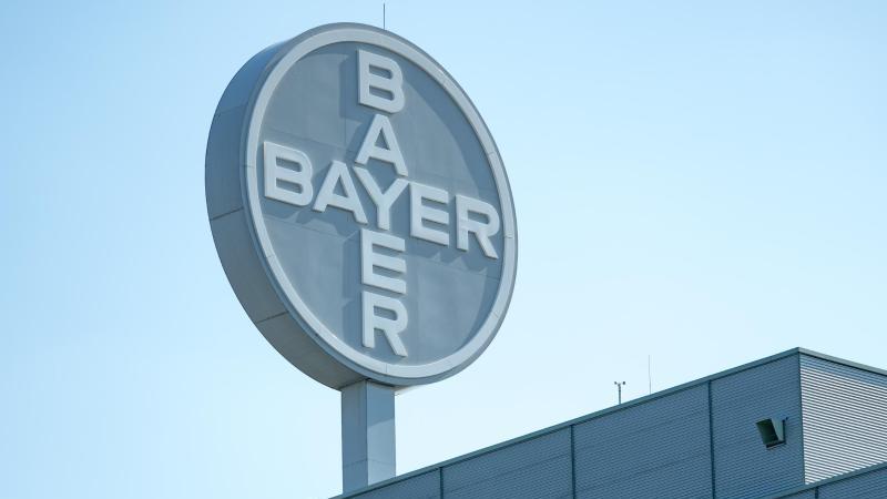 Blick auf das Logo auf einem Werk von Bayer. Foto: Hendrik Schmidt/zb/dpa