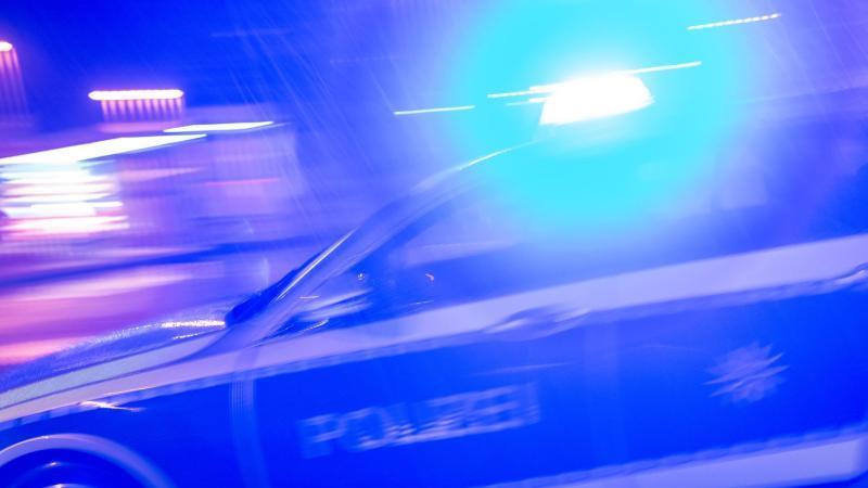 Ein Streifenwagen der Polizei fährt mit Blaulicht. Foto: Patrick Seeger/dpa/Symbolbild