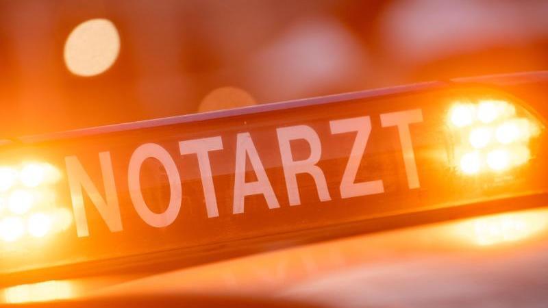 """Ein Dachschild mit der Aufschrift """"Notarzt"""" steht auf einem Einsatzwagen eines Notarztes. Foto: Lino Mirgeler/dpa"""