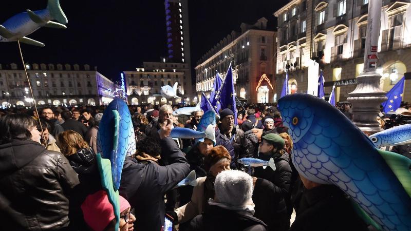 Viele der Demonstranten trugen Bilder und Figuren von Sardinen bei sich. Foto: Alessandro Dimarco/ANSA/AP/dpa