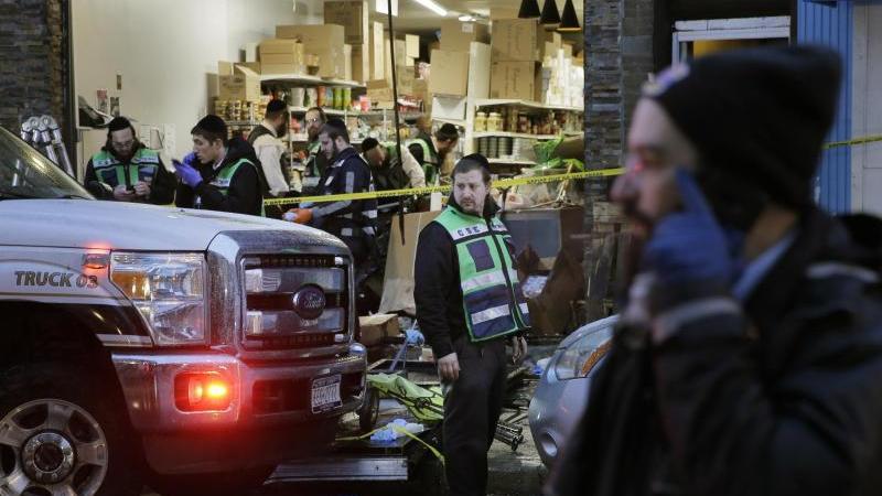 In einem koscheren Supermarkt nahe New York wurden bei einem Angriff drei Menschen getötet, zudem wurden die beiden Angreifer von der Polizei erschossen. Foto: Seth Wenig/AP/dpa