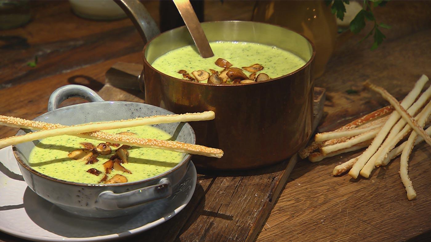 Himmlisches Dinner – Einfach zum Dahinschmelzen: Petersilien-Champignon-Rahmsuppe mit Sesamstangen