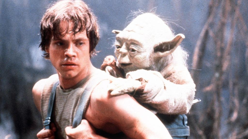"""""""Viel zu lernen du noch hast!"""" Yoda auf dem Rücken von Luke Skywalker"""
