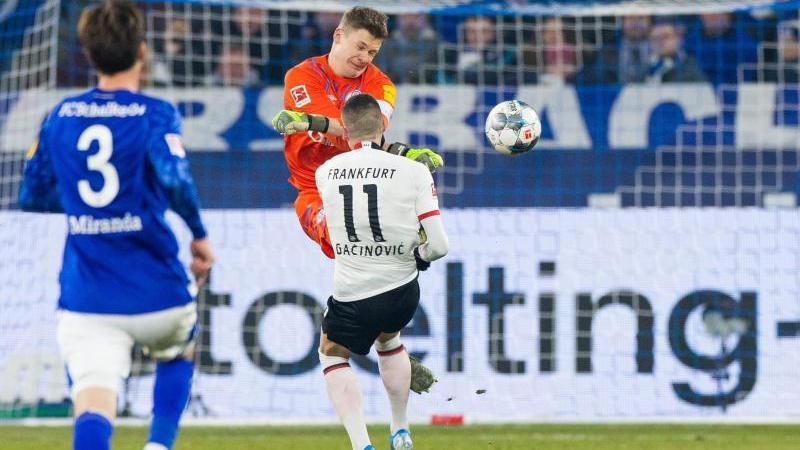 Schalkes Torwart Nübel (hinten) ist für sein hartes Foul an Frankfurts Gacinovic für vier Spiele gesperrt worden. Foto: Rolf Vennenbernd/Archivbild