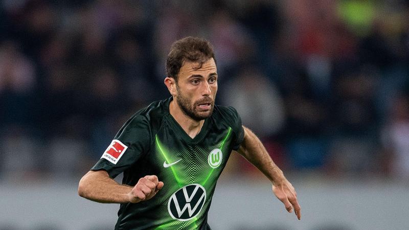 Wolfsburgs Admir Mehmedi spielt den Ball. Foto: Marius Becker/dpa/Archivbild