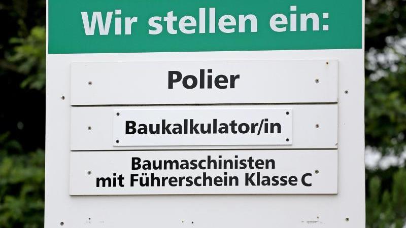Leute gesucht:Freie Stellen für Fachkräfte an einer Baufirma in Aue (Sachsen). Foto: Jan Woitas/dpa-Zentralbild/dpa