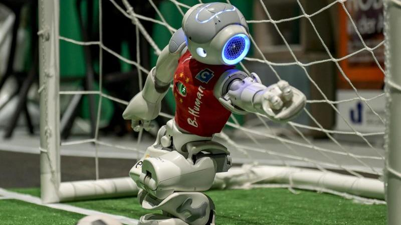 Ein Roboter steht beim Roboter-Fußball im Tor. Foto: Axel Heimken/dpa/Archivbild