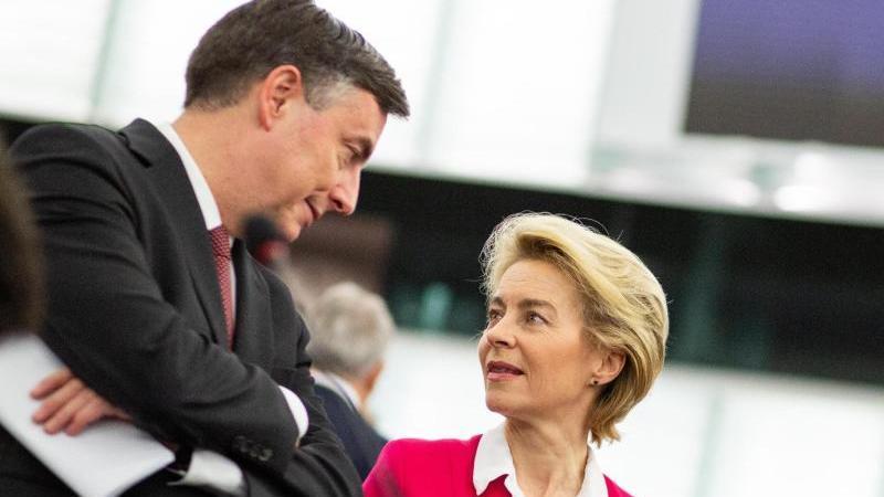 EU-Kommissionspräsidentin Ursula von der Leyen spricht im Plenarsaal des Europäischen Parlaments in Straßburg mit EVP-Fraktionsmitglied David McAllister. Foto: Philipp von Ditfurth/dpa