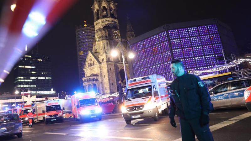 Polizisten und Rettungskräfte stehen vor der Gedächtniskirche am Breitscheidplatz. Foto: Michael Kappeler/dpa/Archiv