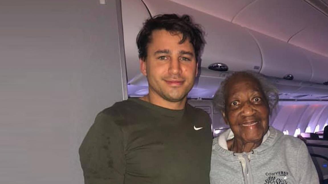 Der junge Flugpassagier Jack hat der Rentnerin Violet einen Traum erfüllt.