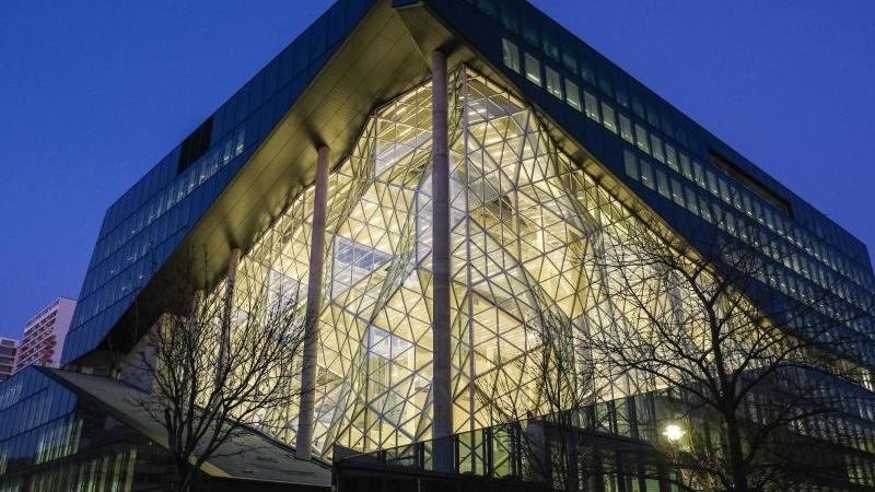 Der Axel-Springer-Neubau am Abend in der Dämmerung. Foto: Jens Kalaene/dpa-Zentralbild/dpa