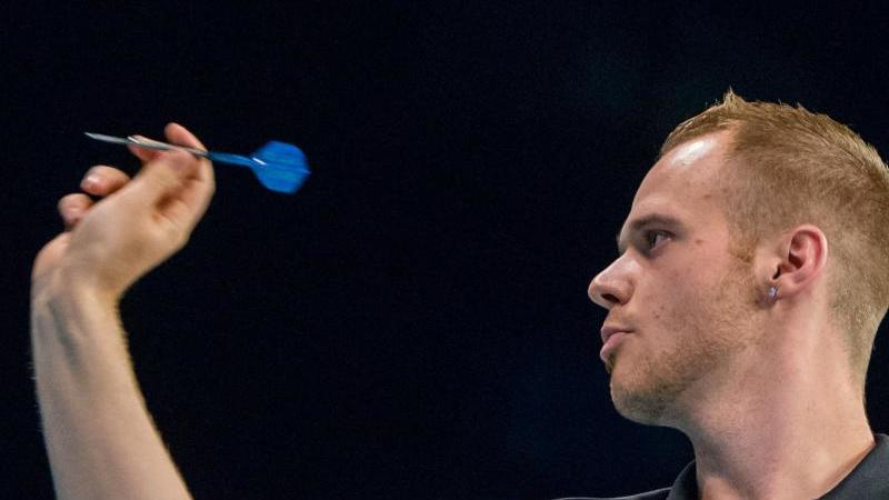 Max Hopp will bei der Darts-WM die nächste Runde erreichen. Foto: Daniel Bockwoldt/dpa