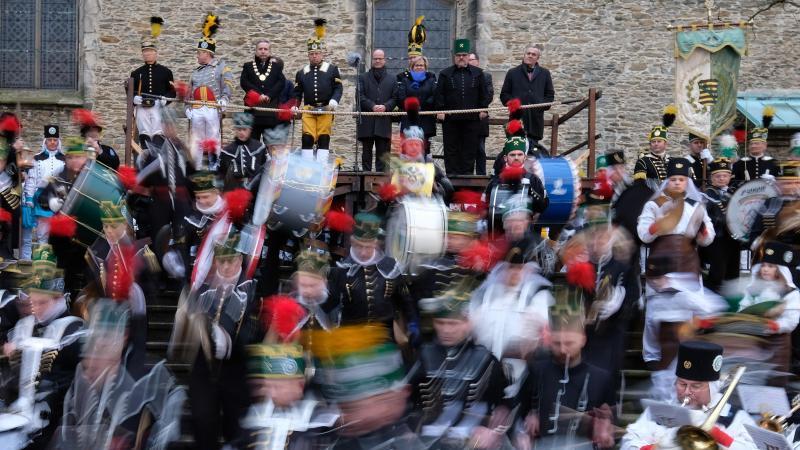 Mitglieder von Bergmanns-, Hütten- und Knappenvereinen bei der traditionellen Bergparade. Foto: Sebastian Willnow/dpa-Zentralbild/dpa/Archivbild