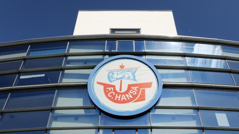 Das Ostseestadion mit dem Logo von Hansa Rostock. Foto: Bernd Wüstneck/zb/dpa/Archivbild