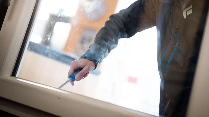 Ein Mann demonstriert in der polizeilichen Beratungsstelle, wie einfach es für einen Einbrecher wäre, mit Hilfe eines stabilen Schraubenziehers ein geschlossenes Fenster von außen zu öffnen. Foto: Frank Rumpenhorst/dpa
