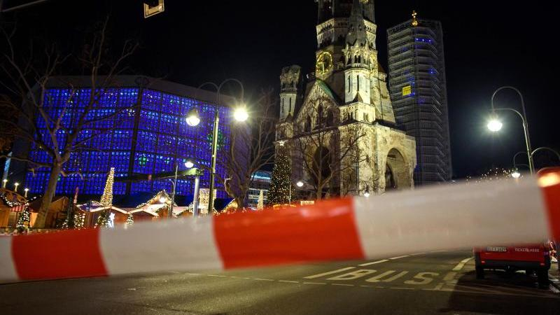 Nach Hinweisen auf einen möglicherweise verdächtigen Gegenstand räumte die Polizei am Samstagabend den Berliner Weihnachtsmarkt am Breitscheidplatz. Foto: Gregor Fischer/dpa