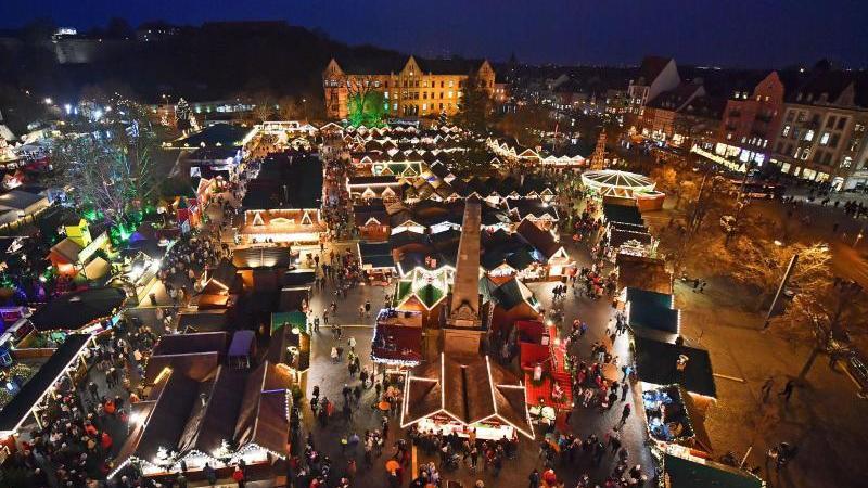 Tausende Lichter leuchten auf dem Erfurter Weihnachtsmarkt. Foto: Martin Schutt/zb/dpa/Archivbild
