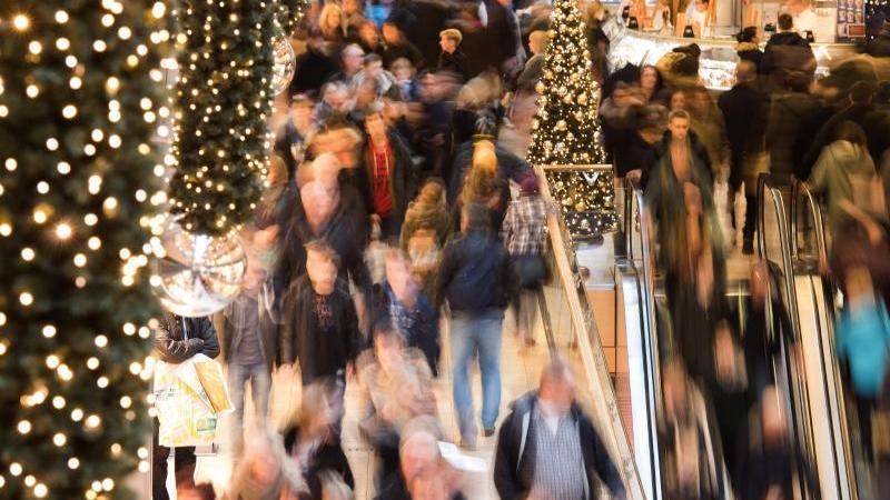 Menschen strömen durch ein Shoppingcenter. Foto: Daniel Bockwoldt/dpa/Archivbild