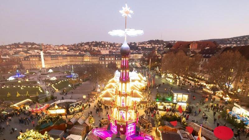 Eine beleuchtete Pyramide steht auf dem Stuttgarter Weihnachtsmarkt. Foto: Bernd Weissbrod/dpa/Archivbild