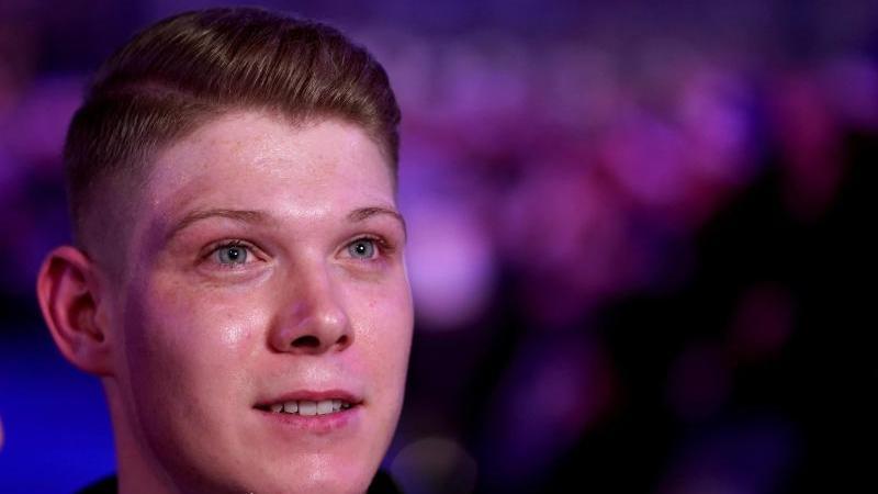 Nico Kurz ausDeutschland gibt bei der Darts-WM ein Interview. Foto: John Walton/PA Wire/dpa