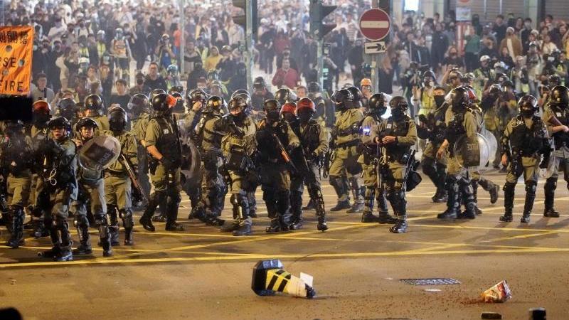 Aufmarsch: Polizeieinsatz in Hongkong an Heiligabend. Foto: Kin Cheung/AP/dpa