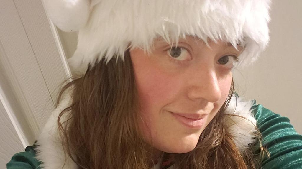 Melissa Stinsman mit einer Weihnachtsmannmütze