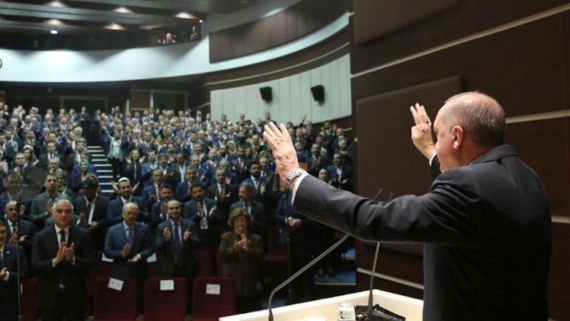 Recep Tayyip Erdogan, Präsident der Türkei, begrüßt Mitglieder der Regierungspartei AKP während eines Treffens in Ankara. Foto: Murat Kula/Turkish Presidency/dpa