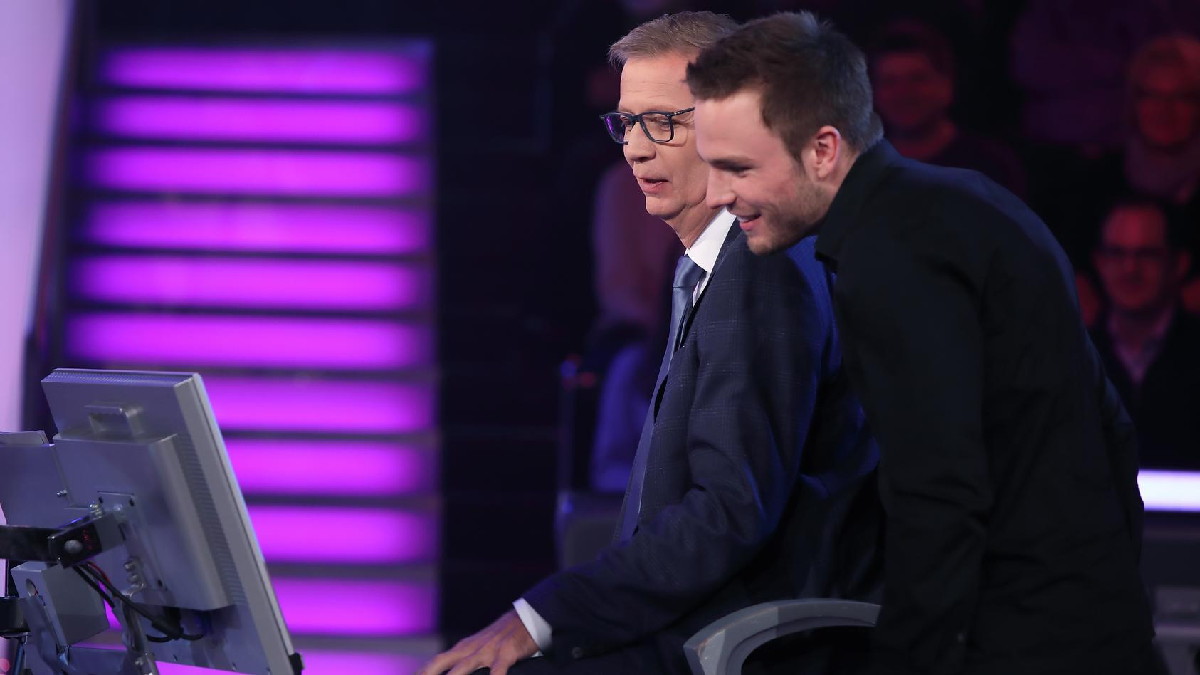 """""""Wer wird Millionär?""""-Moderator Moderator Günther Jauch mit Erik Asmus aus Berlin"""