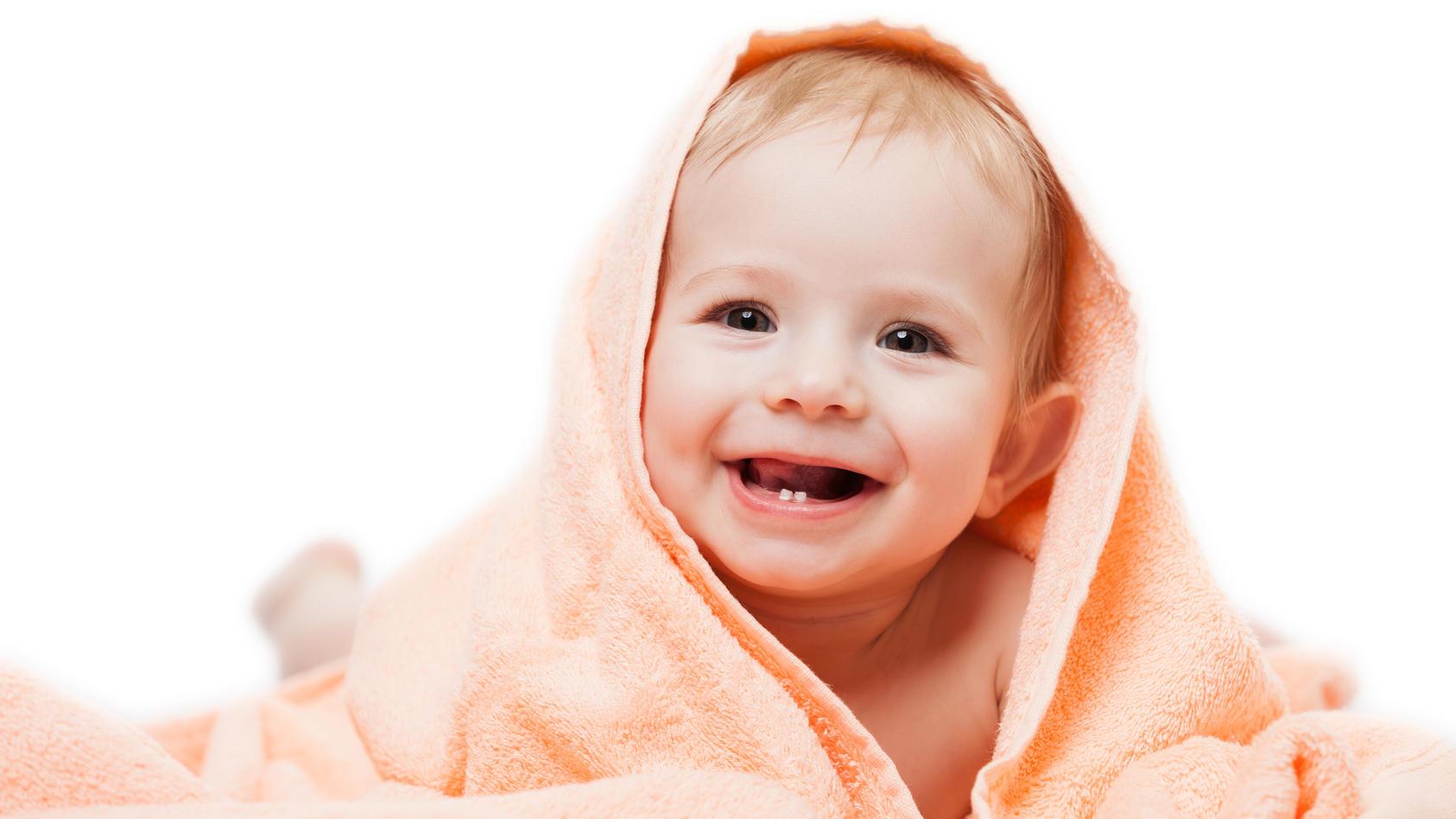 Wenn Babys erster Zahn kommt, hat das Kind oft starke Schmerzen. Ein Zahnungsgel kann Abhilfe schaffen.