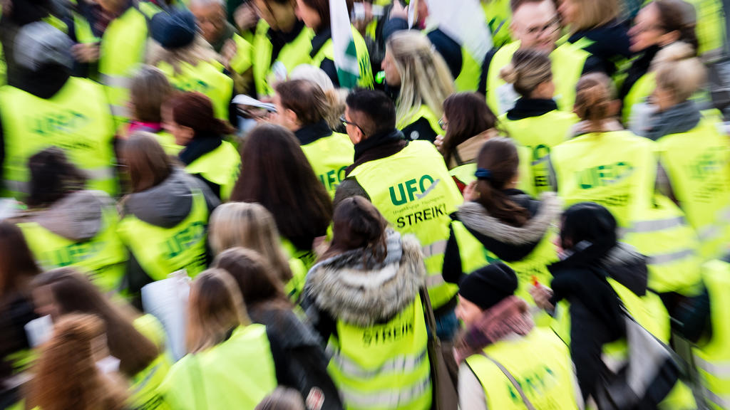 ARCHIV - 07.11.2019, Bayern, München: Flugbegleiter der Unabhängigen Flugbegleiter Organisation UFO haben sich zu einer Streik-Kundgebung vor dem Terminal am Flughafen versammelt. Die Lufthansa sagte wegen eines 48-Stunden-Streiks der Flugbegleiter r