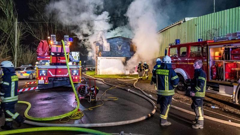 Feuerwehrleute löschen das Clubhaus der Rockergruppe Hells Angels. Foto: Markus Klümper/visual inform/dpa