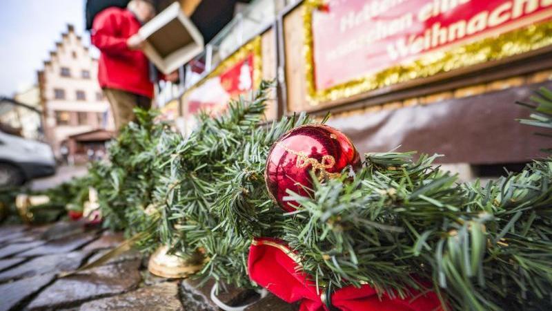 Ausgedient hat schon der Weihnachtsschmuck auf dem Weihnachtsmarkt auf dem Frankfurter Römerberg. Foto: Frank Rumpenhorst/dpa