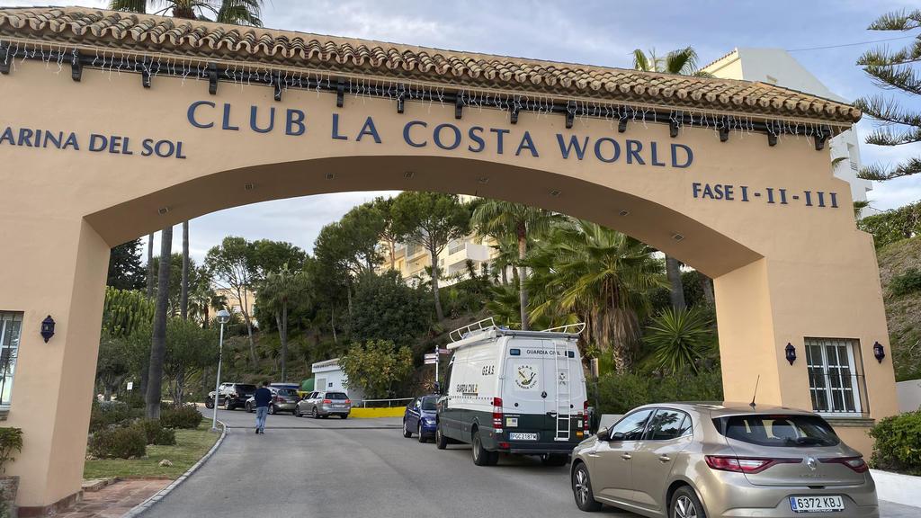 24.12.2019, Spanien, Malaga: Am Eingang der Ferienanlage Club La Costa World in der Nähe von Malaga steht ein Zivilschutzfahrzeug. Während ihres Urlaubs an der Costa del Sol sind ein Mädchen, sein großer Bruder und sein Vater an Heiligabend im Pool e
