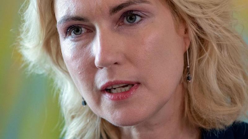 Manuela Schwesig (SPD), die Ministerpräsidentin von Mecklenburg-Vorpommern, vor der Presse. Foto: Jens Büttner/zb/dpa