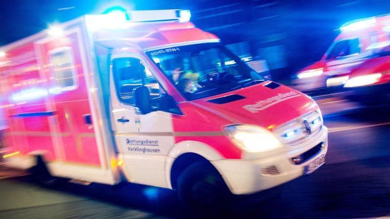 Ein Rettungswagen fährt über eine Straße. Foto: Marcel Kusch/dpa/Archivbild