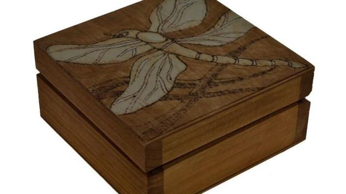Holzschachtel mit der Asche des verstorbenen Sohnes