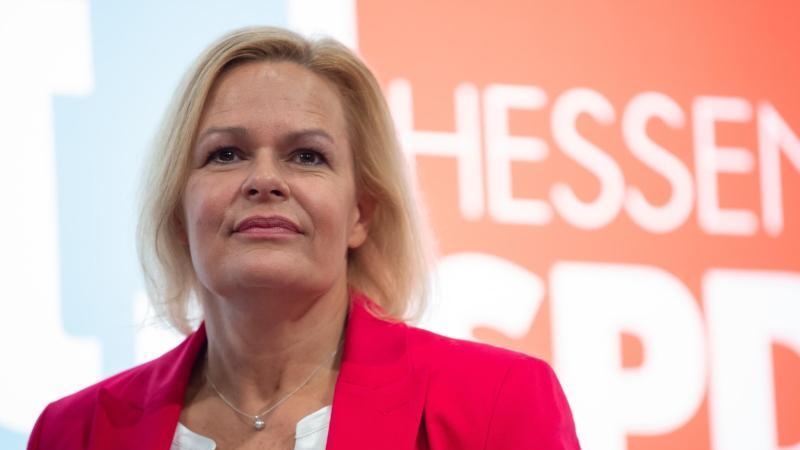 Nancy Faeser, Generalsekretärin der hessischen SPD, steht bei einem Landesparteitag. Foto: Swen Pförtner/dpa/Archivbild