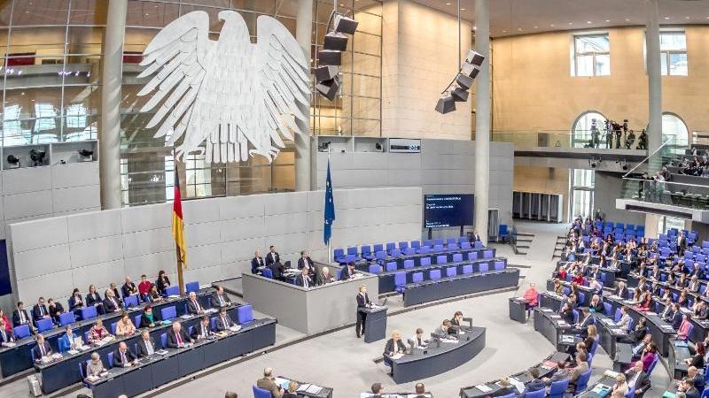 Politische Parteien finanzieren sich in Deutschland vor allem durch Mitgliedsbeiträge, Geld vom Staat und Spenden. Foto: Michael Kappeler/dpa