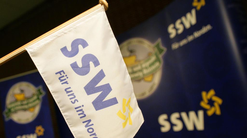 ILLUSTRATION - SSW-Schriftzüge sind am Samstag (09.06.2012) in Flensburg während des SSW-Parteitags zu sehen. Auf ihren Parteitagen entscheiden SPD, Grüne und SSW (Südschleswigscher Wählerverband) am Samstag über die Bildung einer gemeinsamen Koaliti