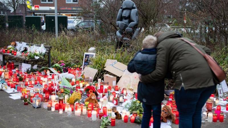 Bilder, Plüschtiere und Kerzen erinnern vor dem Krefelder Zoo an die toten Tiere. Foto: Marcel Kusch/dpa