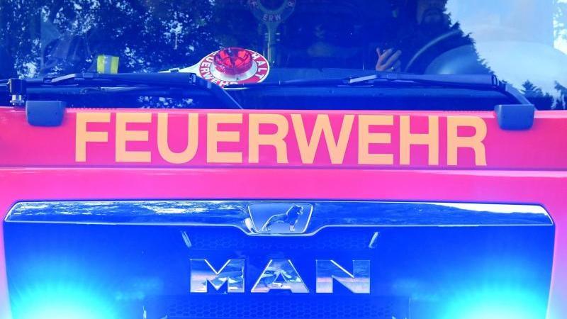 Feuerwehrmänner sitzen in ihrem Fahrzeug./Archivbild. Foto: Carsten Rehder/dpa