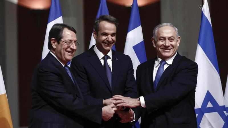 Der zyprische Präsident Nikos Anastasiades (l-r), Griechenlands Ministerpräsident Kyriakos Mitsotakis und der israelische Regierungschef Benjamin Netanjahu posieren vor der Unterzeichnung des Pipeline-Abkommens für die Fotografen. Foto: Uncredited/AP/dpa