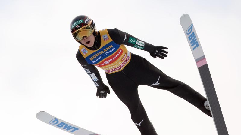 Ryoyu Kobayashi führt die Gesamtwertung der Vierschanzentournee an. Foto: Georg Hochmuth/APA/dpa