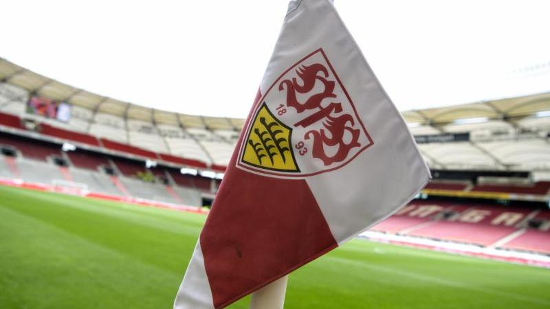 Eine Eckfahne mit dem Logo des VfB Stuttgart. Foto: Matthias Balk/dpa/Archivbild