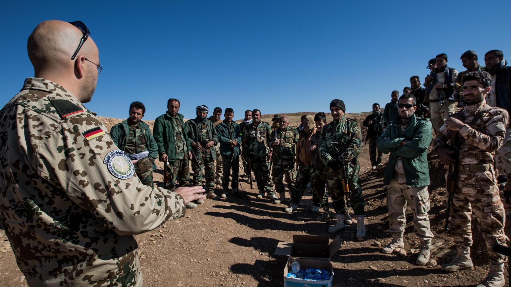 Deutsche Soldaten bilden kurdische Peshmerga Einheiten bei Erbil im Nordirak Kurdistan aus