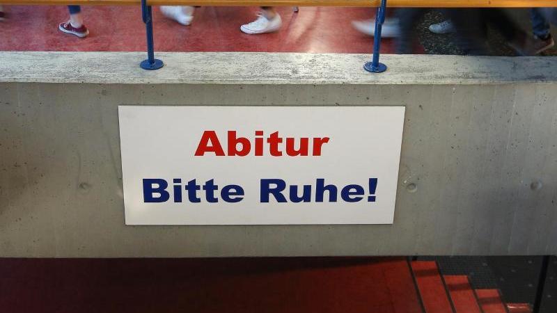 Ein Schild mit der Aufschrift: Abitur Bitte Ruhe!. Foto: Thomas Warnack/dpa/Archiv